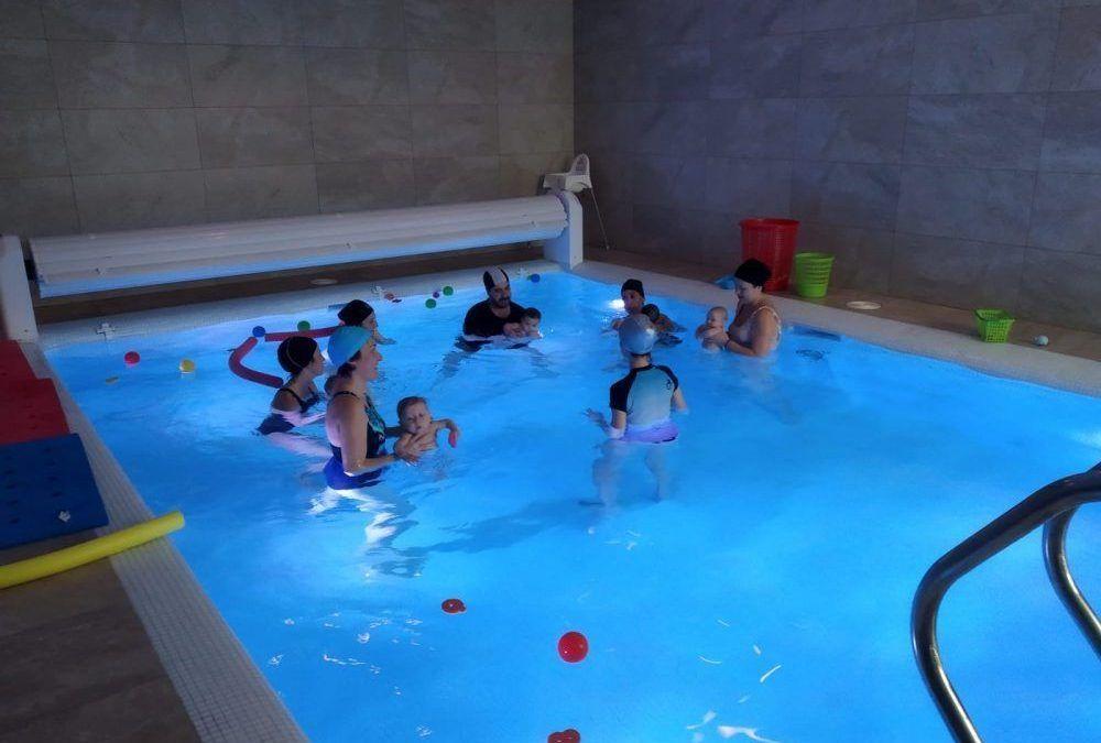 Primeras sesiones de estimulación acuática con bebés